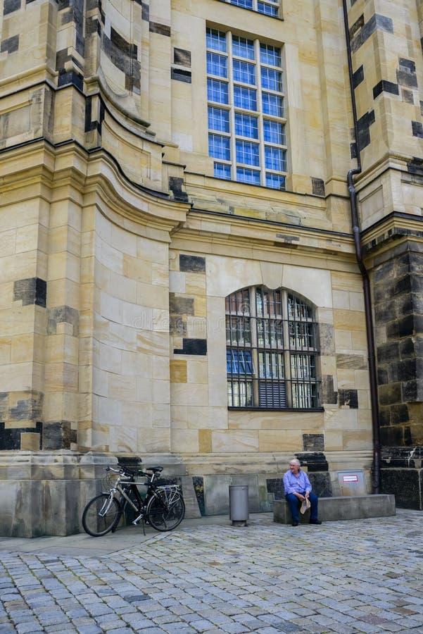 Mansammanträde på stenbänk i Dresden arkivfoton