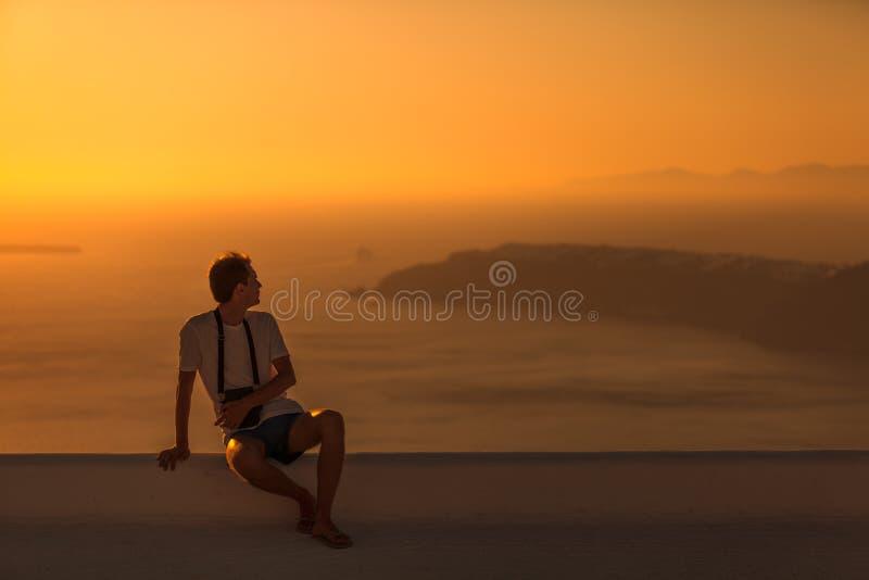 Mansammanträde på taket på solnedgången fotografering för bildbyråer