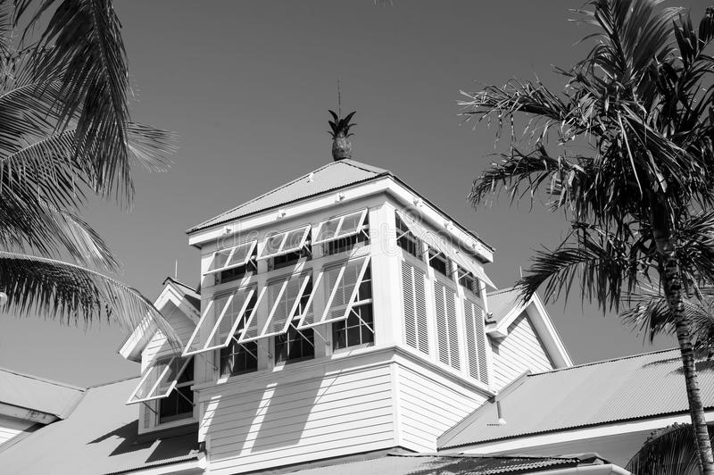 Mansard met open gele vensterblinden in Nassau, de Bahamas royalty-vrije stock afbeelding