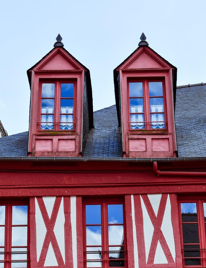 Mansardenfenster Häuser Josselin, schönes Dorf von französischer Bretagne lizenzfreie stockfotografie