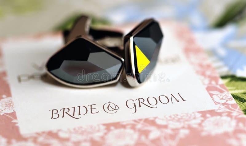 Manschettenknöpfe auf Hochzeitskarte stockfotos