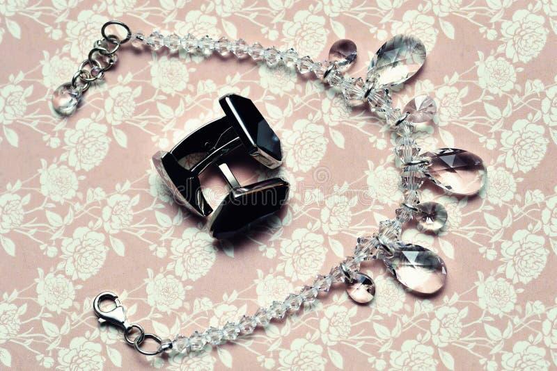 Manschettenknöpfe und Halskette lizenzfreie stockbilder