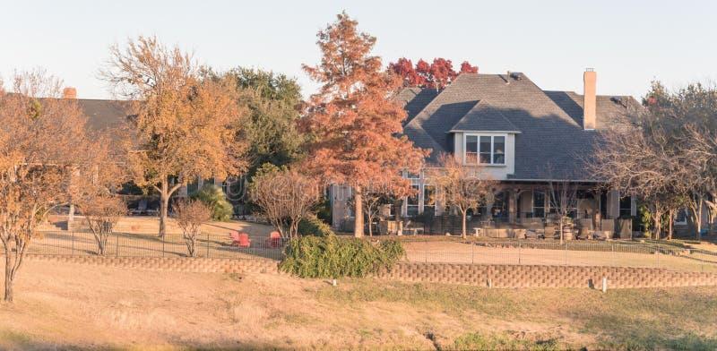 Mansión de lujo de la visión panorámica cerca del campo de golf en los suburbios Dallas, Tejas fotografía de archivo libre de regalías