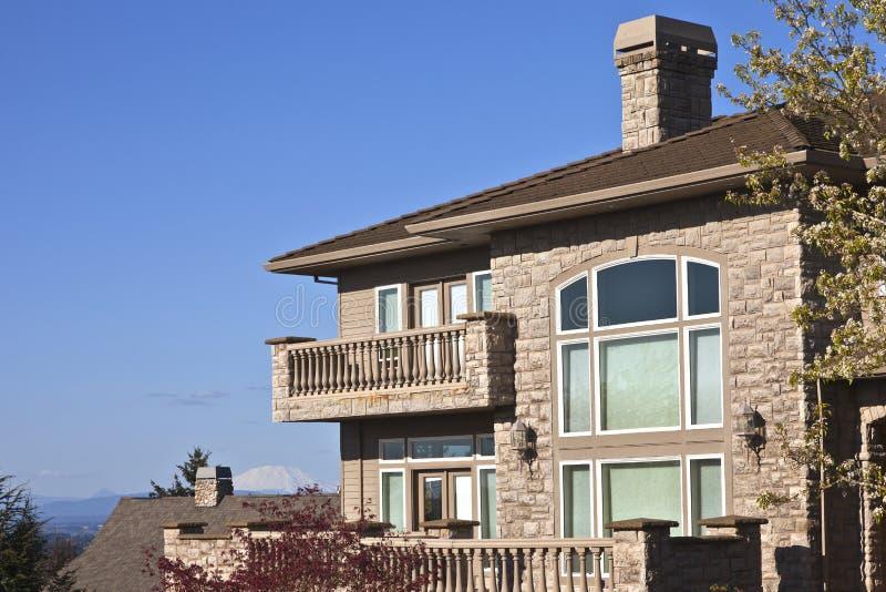 Mansión de piedra con los balcones Clackamas Oregon. imagenes de archivo
