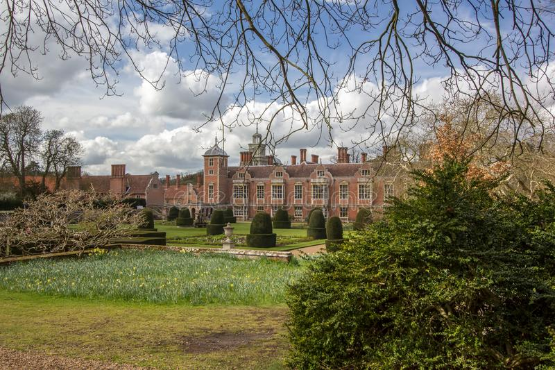 Mansión del millonario Una casa inglesa w del estado del país del ladrillo rojo imagenes de archivo