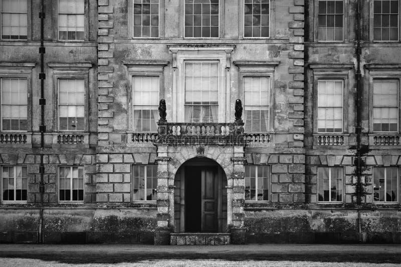 Mansión inglesa vieja no identificada con la desatención del balcón foto de archivo libre de regalías