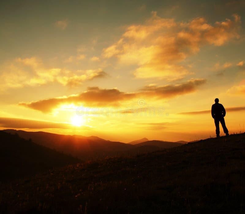 Mansilhouette på solnedgång royaltyfri fotografi