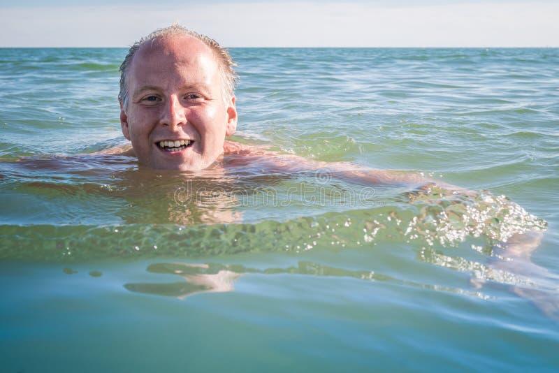 Mansimning i havet arkivfoto