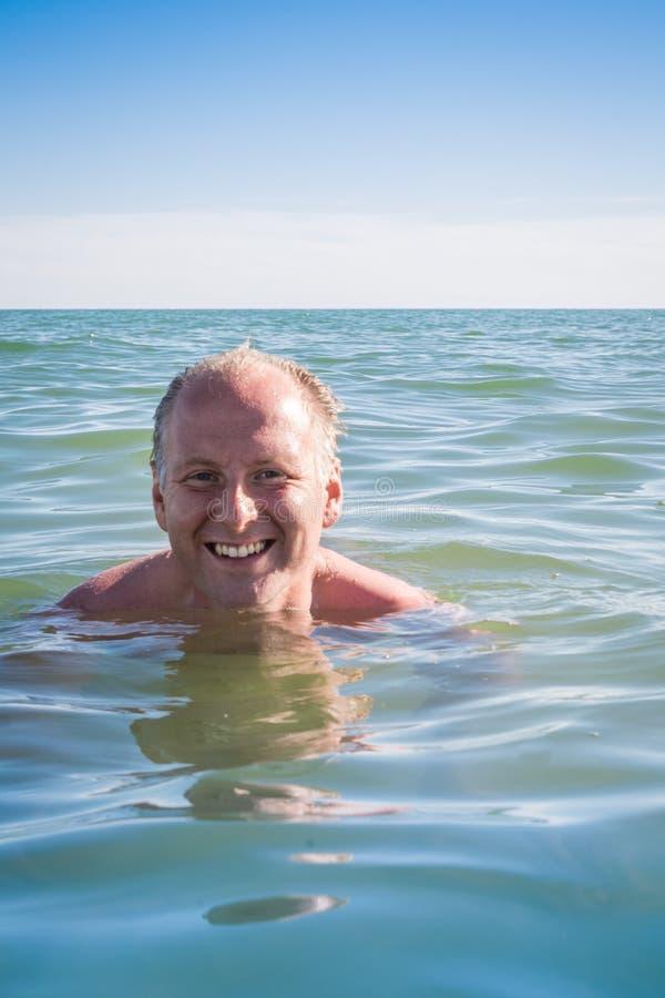 Mansimning i havet arkivbilder