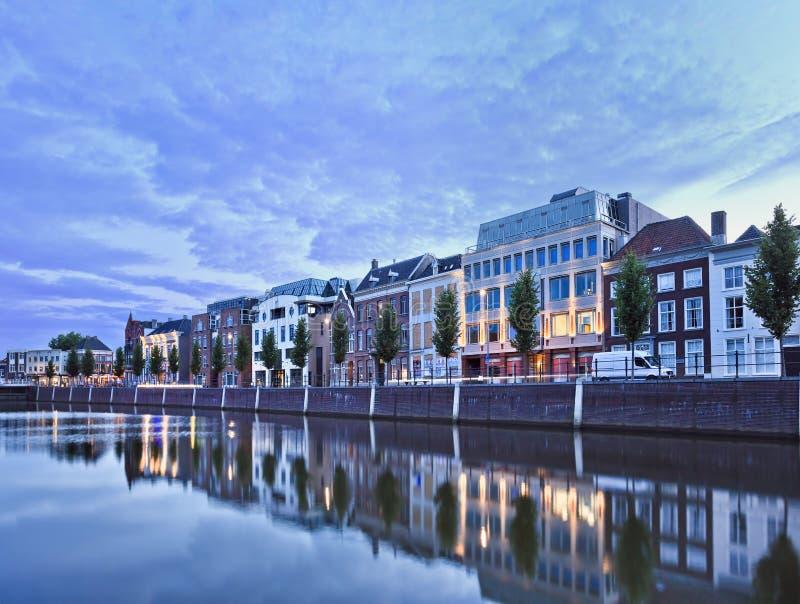 Mansiones duplicadas en un puerto en el crepúsculo, Breda, Países Bajos imagen de archivo libre de regalías