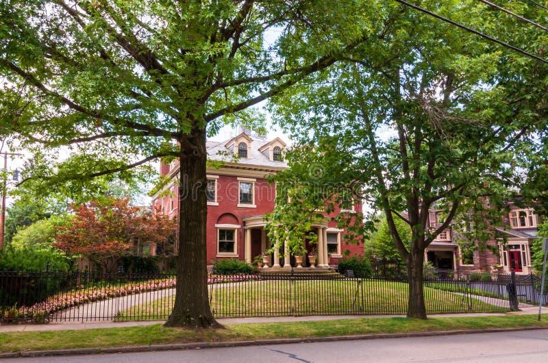 Mansiones viejas de Pittsburgh, Pennsylvania, los E.E.U.U. 7/27/2019 en la vecindad de Shadyside imágenes de archivo libres de regalías