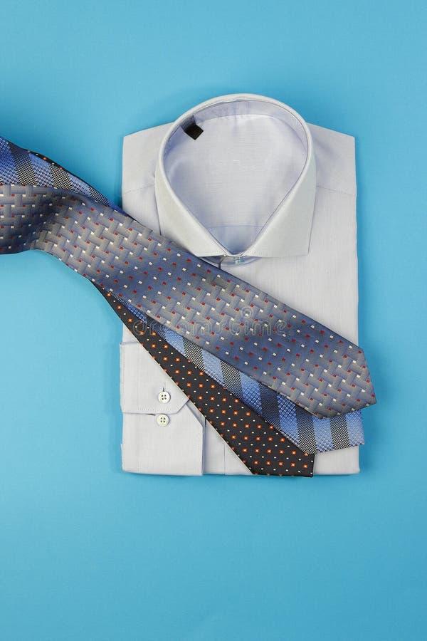 Manskjorta och mer halsband royaltyfri foto