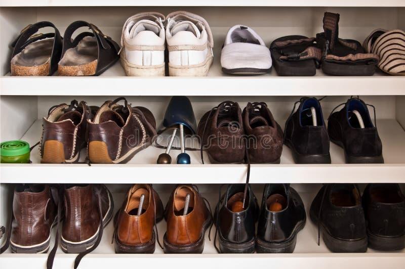 Manskor i en garderob fotografering för bildbyråer