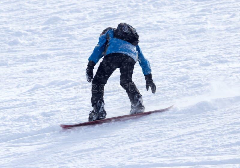 Download Mansnowboarding i vintern fotografering för bildbyråer. Bild av fritid - 106831317