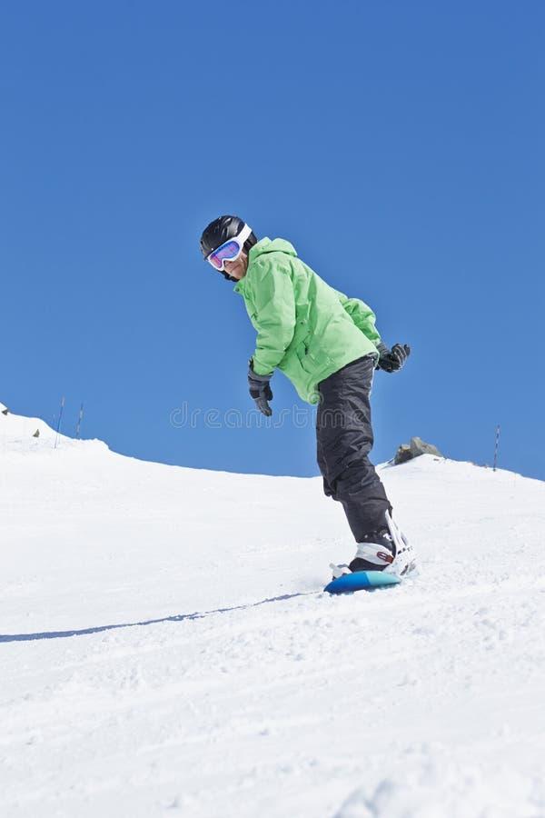 ManSnowboarding på Ski Holiday In Mountains arkivfoton
