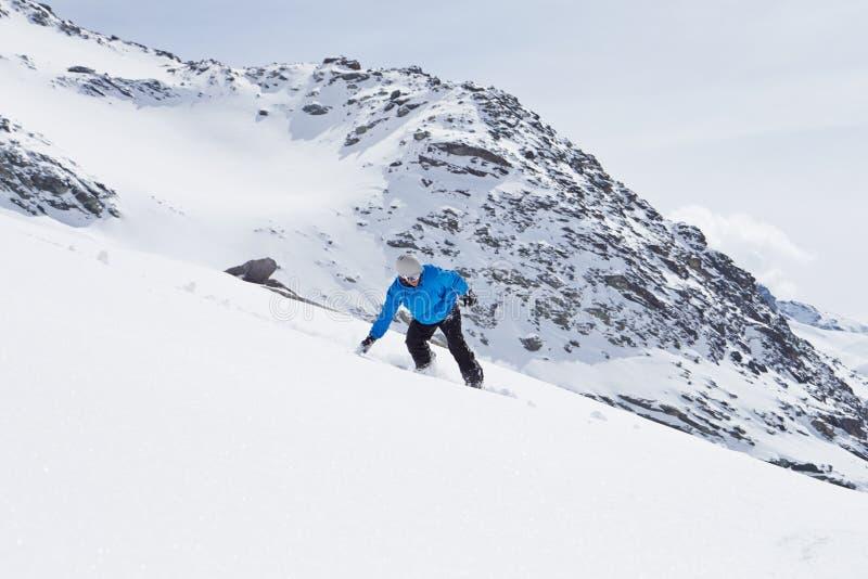 ManSnowboarding på Ski Holiday In Mountains arkivfoto