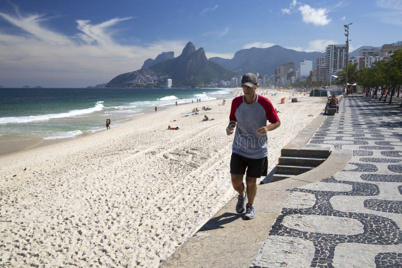 Manspring i den Ipanema stranden Rio de Janeriro arkivfoton