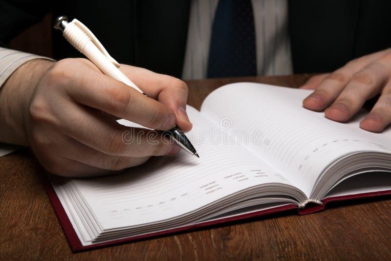 Manspring med dagböcker royaltyfri bild