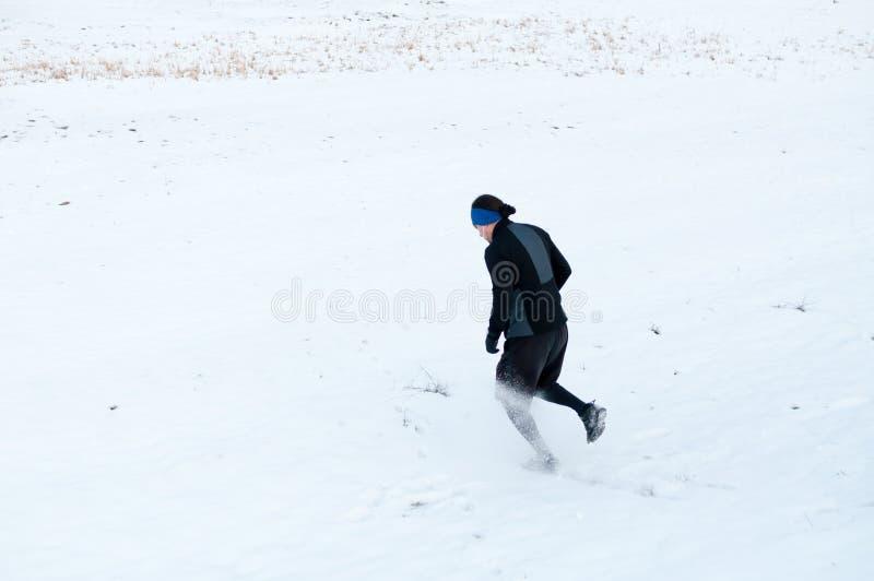 Manspring på snön royaltyfria bilder