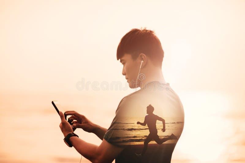 Manspring på stranden och kontrollera begrepp för hjärtaRate Monitor On smart telefon royaltyfri illustrationer