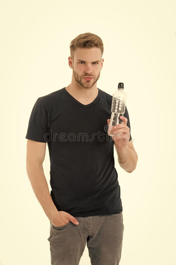 Manténgase hidratado Hombre deportista sostiene botellas de agua La ropa casual del hombre se preocupa por el balance de agua fon imagen de archivo libre de regalías