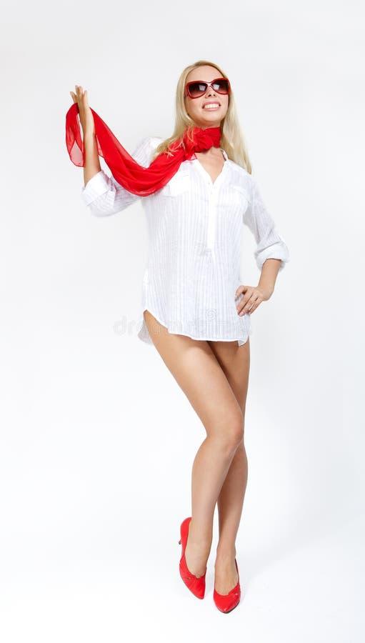 Mantón rubio atractivo del rojo de la demostración de la mujer. Sobre blanco imagen de archivo