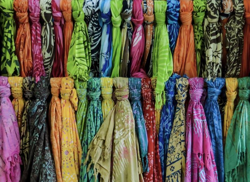 Mantón y bufanda para la venta en boutique fotos de archivo libres de regalías