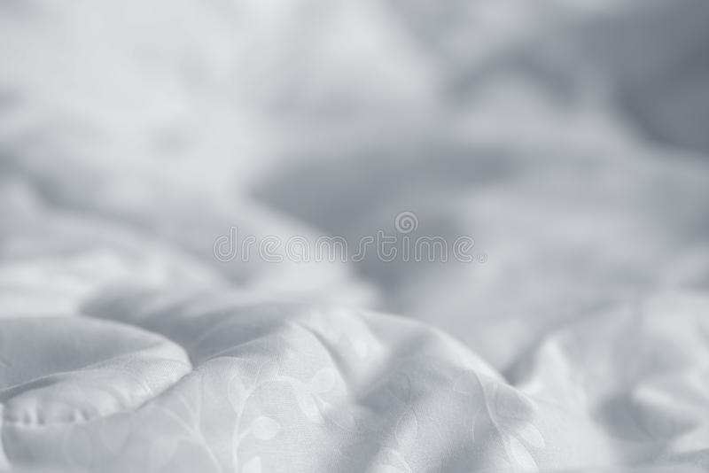 Manta blanca Arrugue la manta sucia en dormitorio después de despertar por la mañana Detalles de la cama foto de archivo