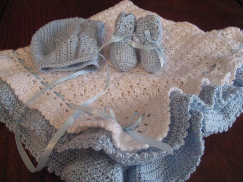 Manta, capo y botines del bebé fotografía de archivo libre de regalías