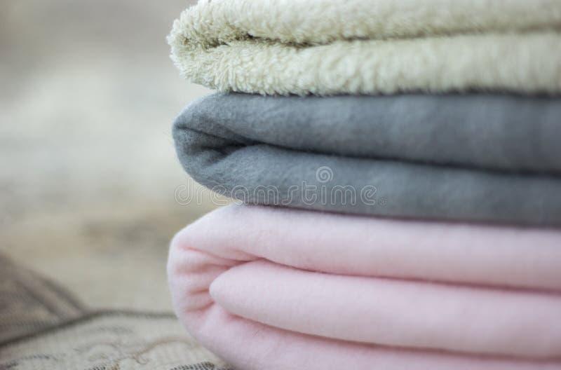 Manta cor-de-rosa e cinzenta com close-up dobrado de toalha foto de stock