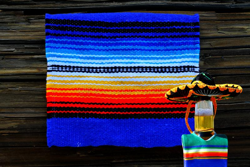 Manta de Cinco de Mayo Mexican y sombrero de la botella de cerveza imagenes de archivo