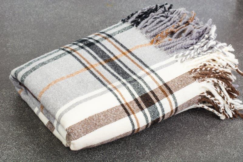 Manta de lã na gaiola no fundo cinzento foto de stock royalty free
