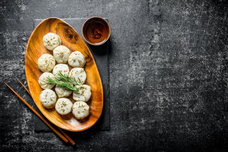 Manta di recente cucinata degli gnocchi su un piatto con i rosmarini fotografie stock