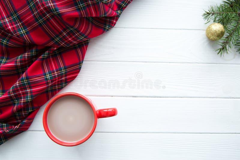 Manta escocesa, um copo vermelho do cacau quente com leite, decorat dourado imagem de stock