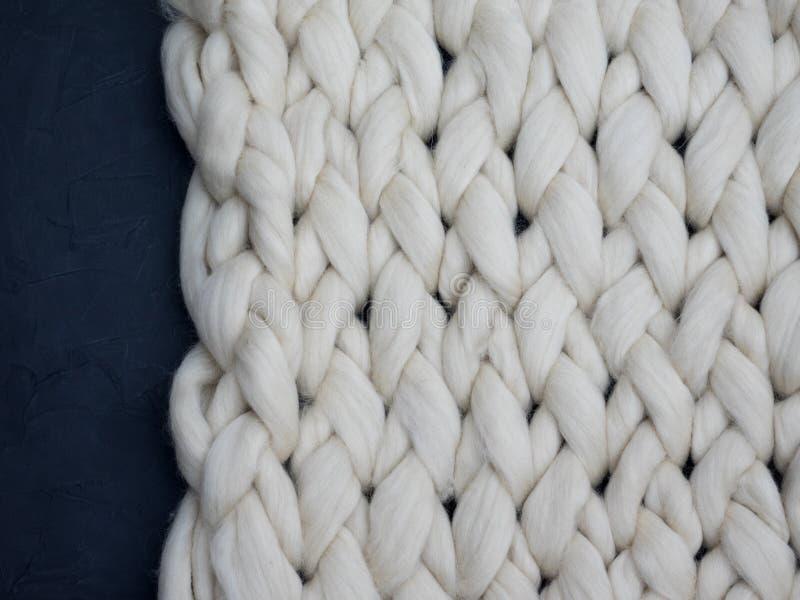 Manta grande hecha punto hecha a mano de la lana merina, hilado macizo estupendo, concepto de moda Primer de la manta hecha punto fotos de archivo libres de regalías