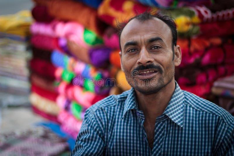 Manta o vendedor local de la ropa en la India fotos de archivo