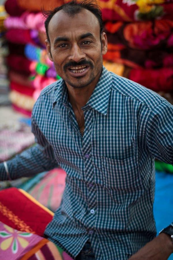 Manta o vendedor local de la ropa en la India fotografía de archivo