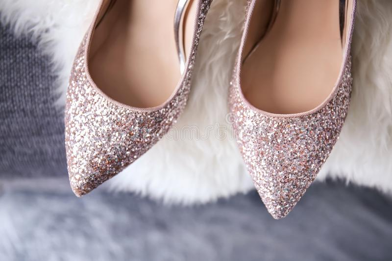 Manta peluda hermosa de los zapatos de tacón alto fotografía de archivo