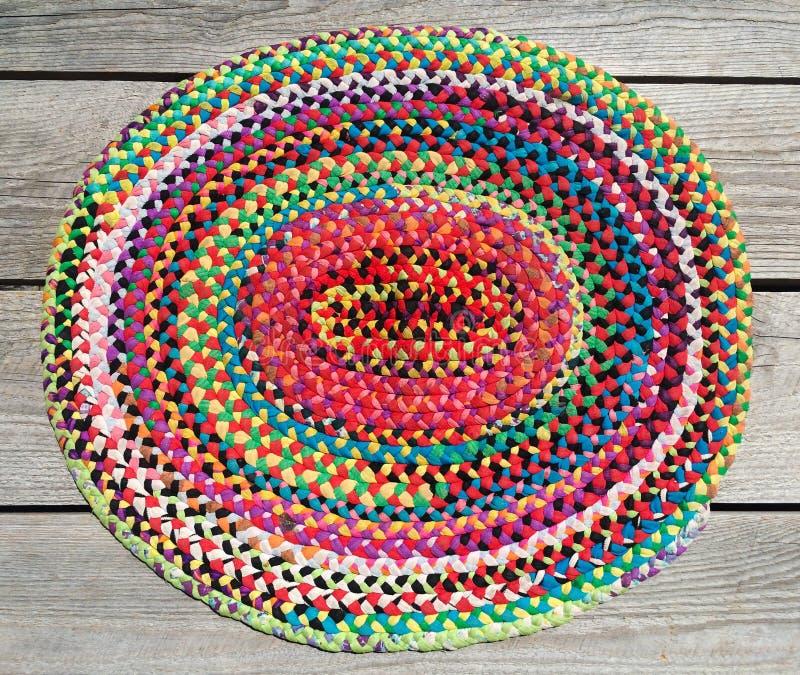 Manta trenzada de la mano colorida del arco iris fotografía de archivo libre de regalías