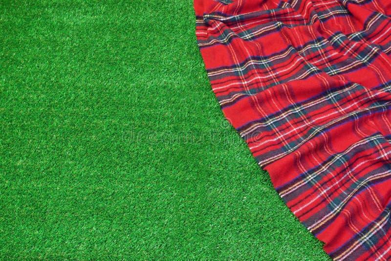 Manta vacía del tartán rojo de la comida campestre en la hierba arreglada fresca fotos de archivo libres de regalías