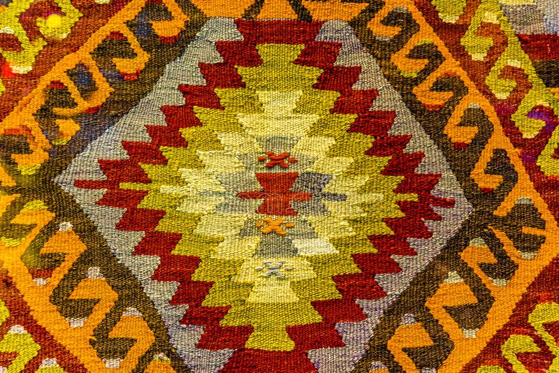 Manta y tapicería tejidas hechas a mano, manta del vintage en el bazar Turquía de Egipto foto de archivo