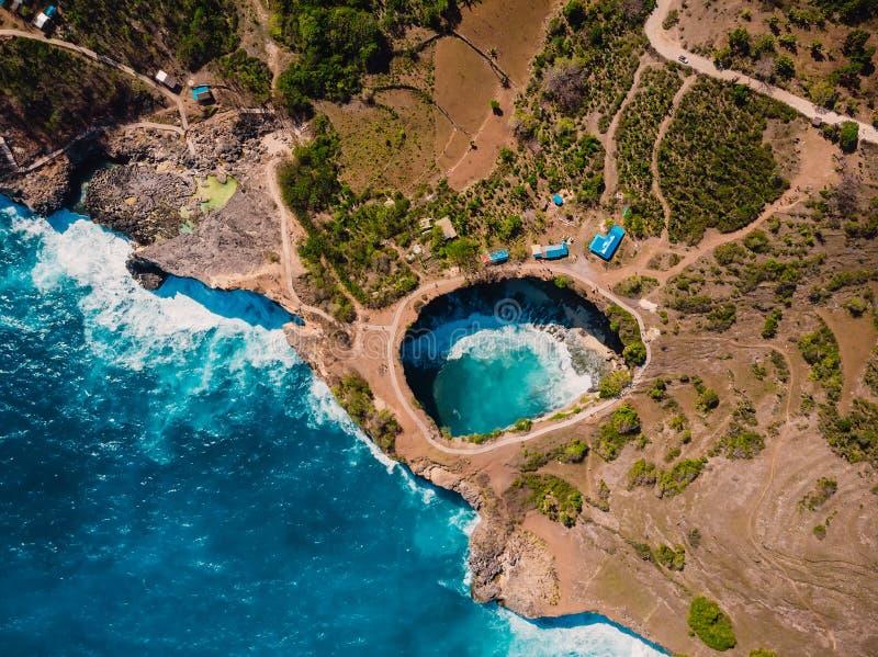 Mantabucht auf Insel Nusa Penida Luftbrummenansicht mit Kosten und Meer lizenzfreie stockbilder