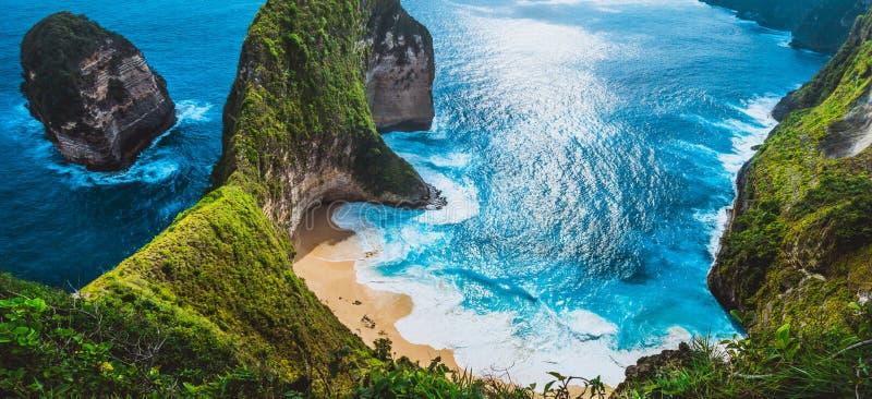 Mantafjärd eller Kelingking strand med enorma vågor på stranden på den Nusa Penida ön, Bali, Indonesien arkivfoto