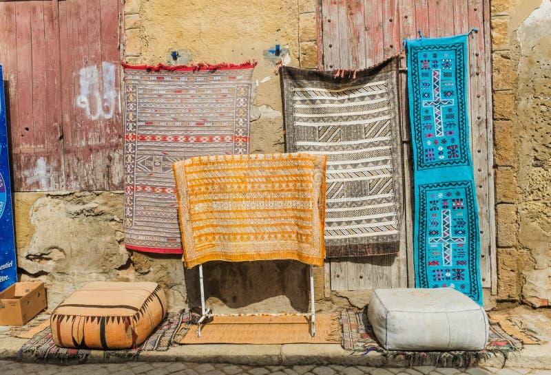 Mantas marroquíes para la venta en el mercado de pulgas foto de archivo libre de regalías