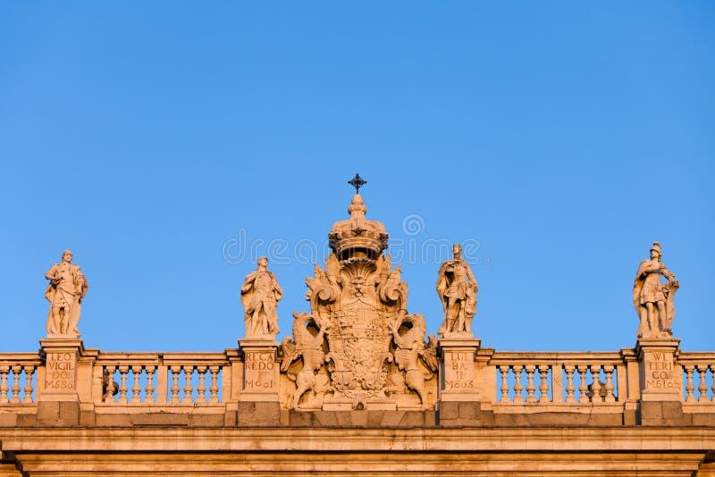 Manteau de l'Espagne des bras sur Royal Palace à Madrid images libres de droits