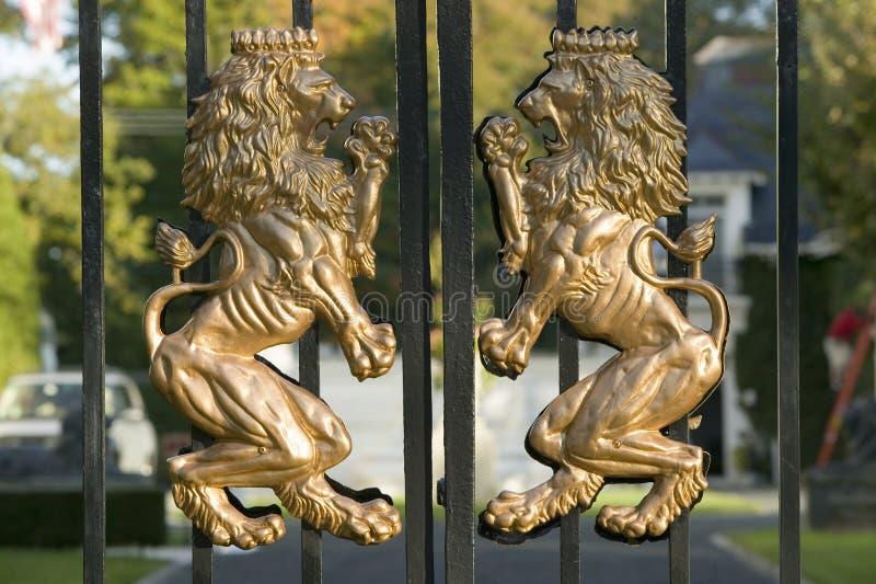 Manteau de lions des bras sur la porte avant d'un manoir de Newport Île de Rhode images libres de droits