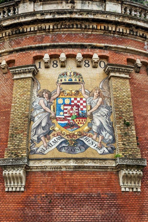 Manteau de mosaïque des bras antique du royaume de la Hongrie à Budapest images stock