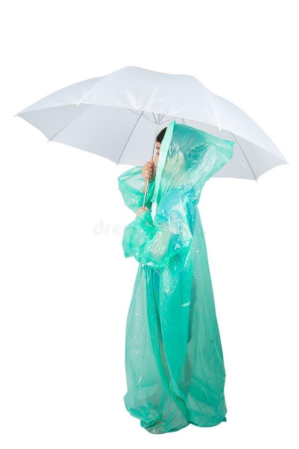 Manteau de pluie de port de petit garçon sur le fond blanc photos stock