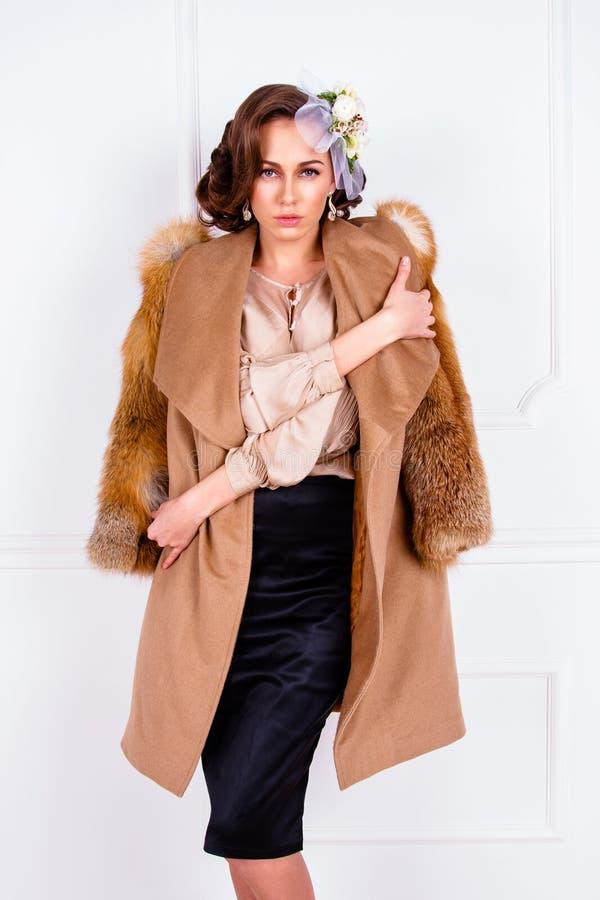 Manteau de port de femme avec la fourrure photo libre de droits