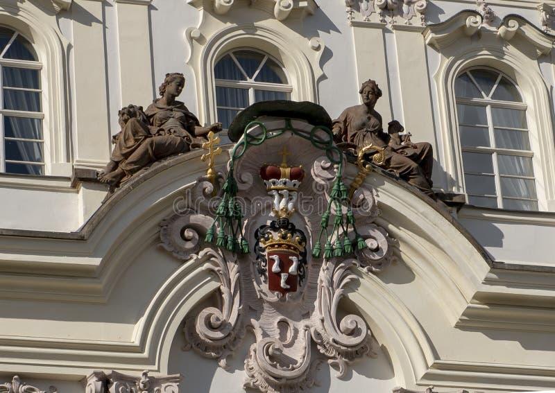 Manteau des bras, archevêque Palace sur la place de Hradcanske, Prague images libres de droits